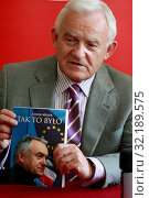 09 05 2009 Lodz, Poland. Leszek Miller promoting his book. Редакционное фото, фотограф Telma Artur / age Fotostock / Фотобанк Лори