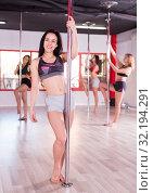 Купить «Women practicing pole dancing», фото № 32194291, снято 5 апреля 2018 г. (c) Яков Филимонов / Фотобанк Лори