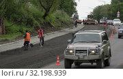 Дорожно-строительные работы, укладка нового асфальта на дороге в городе. Редакционное видео, видеограф А. А. Пирагис / Фотобанк Лори