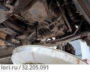 Купить «Слив масла из картера двигателя», фото № 32205091, снято 30 мая 2019 г. (c) Вячеслав Палес / Фотобанк Лори