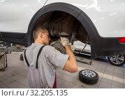 Автомеханик обслуживает тормозную систему автомобиля (2019 год). Редакционное фото, фотограф Вячеслав Палес / Фотобанк Лори