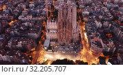 Night aerial cityscape of Barcelona with Sagrada Familia designed by Anthony Gaudi (2019 год). Стоковое видео, видеограф Яков Филимонов / Фотобанк Лори