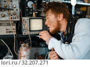 Купить «Engineer looks on oscilloscope display in lab», фото № 32207271, снято 17 июня 2019 г. (c) Tryapitsyn Sergiy / Фотобанк Лори