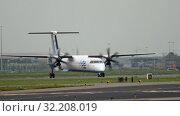 Купить «Bombardier Dash 8 Q400 Flybe taxiing», видеоролик № 32208019, снято 25 июля 2017 г. (c) Игорь Жоров / Фотобанк Лори