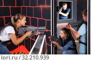 Купить «smiling young parents and children with laser pistols playing laser tag», фото № 32210939, снято 3 сентября 2018 г. (c) Яков Филимонов / Фотобанк Лори