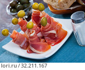 Купить «Traditional Spanish tapas - rolls of ham served with green olives», фото № 32211167, снято 12 декабря 2019 г. (c) Яков Филимонов / Фотобанк Лори