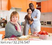 Купить «Boyfriend and unhappy mother», фото № 32216547, снято 17 августа 2019 г. (c) Яков Филимонов / Фотобанк Лори