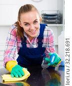 Купить «portrait of young woman cleaning», фото № 32218691, снято 12 ноября 2019 г. (c) Яков Филимонов / Фотобанк Лори