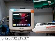 Крупным ланом прикроватный медицинский монитор пациента Philips IntelliVue MP5 для мониторинга состояния здоровья пациента (2019 год). Редакционное фото, фотограф Николай Винокуров / Фотобанк Лори