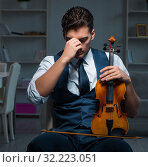 Купить «Young musician man practicing playing violin at home», фото № 32223051, снято 15 августа 2017 г. (c) Elnur / Фотобанк Лори