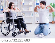 Купить «Patient undergoing rehabilitation recovery programme with doctor», фото № 32223683, снято 18 апреля 2017 г. (c) Elnur / Фотобанк Лори