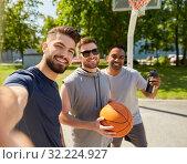 Купить «happy men taking selfie on basketball playground», фото № 32224927, снято 21 июля 2019 г. (c) Syda Productions / Фотобанк Лори