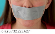 Woman wants to speak but it isnt allowed. Стоковое видео, видеограф Ekaterina Demidova / Фотобанк Лори