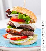 Купить «Double tasty hamburger with beef cutlet, fresh vegetables and cheese», фото № 32226151, снято 4 июля 2020 г. (c) Яков Филимонов / Фотобанк Лори
