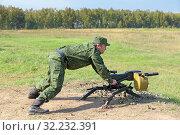 Купить «Солдат стреляет из автоматического станкового гранатомета», фото № 32232391, снято 12 сентября 2014 г. (c) Игорь Долгов / Фотобанк Лори