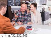Купить «Spouses to communicate with the seller», фото № 32232543, снято 4 апреля 2017 г. (c) Яков Филимонов / Фотобанк Лори