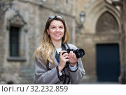 Young woman looking curious and taking pictures. Стоковое фото, фотограф Яков Филимонов / Фотобанк Лори