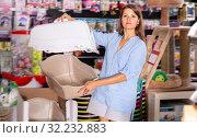 Купить «woman customer choosing portable carrier box in pet store», фото № 32232883, снято 14 октября 2019 г. (c) Яков Филимонов / Фотобанк Лори
