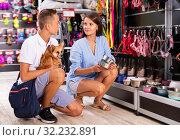 Teenage boy with adult mother in petshop. Стоковое фото, фотограф Яков Филимонов / Фотобанк Лори