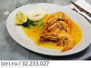 Купить «served prawns with souse», фото № 32233027, снято 20 ноября 2019 г. (c) Яков Филимонов / Фотобанк Лори
