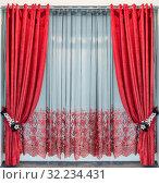 Красные бархатные шторы с люверсами висят на круглом металлическом карнизе, подхваты из кружевных цветов и прозрачный тюль с вышивкой. Стоковое фото, фотограф Светлана Васильева / Фотобанк Лори