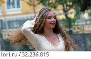 Купить «Autumn girl twirl while dancing in city street», видеоролик № 32236815, снято 24 сентября 2019 г. (c) Gennadiy Poznyakov / Фотобанк Лори