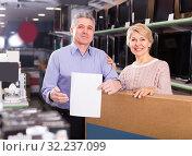 Купить «Couple are buying in store on credit», фото № 32237099, снято 19 октября 2019 г. (c) Яков Филимонов / Фотобанк Лори
