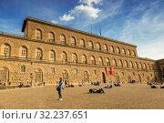 Купить «Туристы отдыхают на площади перед палаццо Питти. Флоренция, Италия», фото № 32237651, снято 8 мая 2014 г. (c) Наталья Волкова / Фотобанк Лори