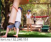 Купить «Friends help each other overcome water obstacles in theme park», фото № 32240151, снято 5 августа 2020 г. (c) Яков Филимонов / Фотобанк Лори
