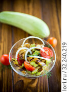Купить «warm grilled zucchini salad with fresh cherry tomatoes and onions», фото № 32240219, снято 2 сентября 2019 г. (c) Peredniankina / Фотобанк Лори