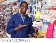 Купить «salesman of household store offering goods», фото № 32240283, снято 21 января 2019 г. (c) Яков Филимонов / Фотобанк Лори