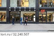 Aleksanterinkatu. H&M store. Хельсинки, Финляндия (2019 год). Редакционное фото, фотограф Валерия Попова / Фотобанк Лори