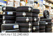 Vehicle tires stacked up for sale in the store (2018 год). Редакционное фото, фотограф FotograFF / Фотобанк Лори