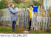 A lively conversation between two neighbors. Стоковое фото, фотограф Акиньшин Владимир / Фотобанк Лори