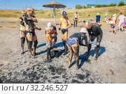 Купить «Russia, Sol-Iletsk, August 2016: people covered with mud on the lake, in the resort. Summer sunny day.», фото № 32246527, снято 7 августа 2016 г. (c) Акиньшин Владимир / Фотобанк Лори