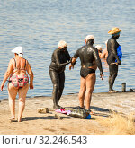 Купить «Russia, Sol-Iletsk, August 2016: Mature married couple to be treated with mud on the mud lake at the resort. Summer sunny day.», фото № 32246543, снято 7 августа 2016 г. (c) Акиньшин Владимир / Фотобанк Лори