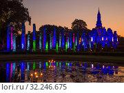 Руины древнего буддистского храма Ват Махатхат в ночной подсветке. Вечер в историческом парке города Сукхотай. Таиландai. Thailand (2016 год). Стоковое фото, фотограф Виктор Карасев / Фотобанк Лори