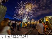 Купить «Russia, Samara, April 2016: Festive salute. Russia Day. 12 June. Square named after Kuibyshev, people watching the fireworks.», фото № 32247071, снято 12 июня 2016 г. (c) Акиньшин Владимир / Фотобанк Лори