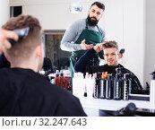 Client making specifications about haircut. Стоковое фото, фотограф Яков Филимонов / Фотобанк Лори