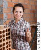 Купить «Woman working with plastering trowel», фото № 32247719, снято 19 июня 2018 г. (c) Яков Филимонов / Фотобанк Лори