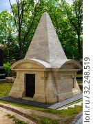 Купить «Склеп-усыпальница на кладбище в Донском монастыре. Москва», эксклюзивное фото № 32248519, снято 27 мая 2019 г. (c) Александр Щепин / Фотобанк Лори