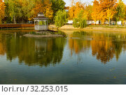 Купить «Городской парк», фото № 32253015, снято 3 октября 2019 г. (c) Кристина Викулова / Фотобанк Лори