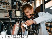 Купить «Crazy scientist conducting an experiment in lab», фото № 32254343, снято 17 июня 2019 г. (c) Tryapitsyn Sergiy / Фотобанк Лори