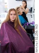 Купить «Teenage girl waiting for hair styling», фото № 32256163, снято 26 июня 2018 г. (c) Яков Филимонов / Фотобанк Лори
