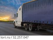 Купить «Big truck semi trailer moves on the highway», фото № 32257047, снято 25 августа 2017 г. (c) Юрий Бизгаймер / Фотобанк Лори