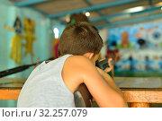 Купить «Мальчик стреляет в тире из ружья», фото № 32257079, снято 25 августа 2019 г. (c) Арестов Андрей Павлович / Фотобанк Лори