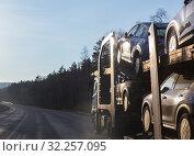 Купить «Transportation of car on semi-trailer», фото № 32257095, снято 19 мая 2018 г. (c) Юрий Бизгаймер / Фотобанк Лори