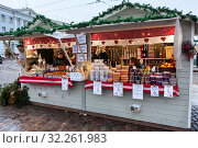 Купить «Wooden stalls for cranberry, cowberry, cloudberry and honey sale. Traditional Christmas market with berries and honey and other food is in center of Helsinki city, Finland», фото № 32261983, снято 29 декабря 2018 г. (c) Кекяляйнен Андрей / Фотобанк Лори