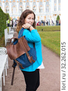 Купить «Portrait of happy adult woman throwing her leather bag on shoulder, looking at camera, standing in urban park», фото № 32262015, снято 24 августа 2019 г. (c) Кекяляйнен Андрей / Фотобанк Лори