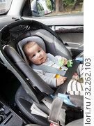 Купить «Three month infant lying in child safety seat on front passenger's seat, chair is in right direction and placement», фото № 32262103, снято 8 сентября 2019 г. (c) Кекяляйнен Андрей / Фотобанк Лори